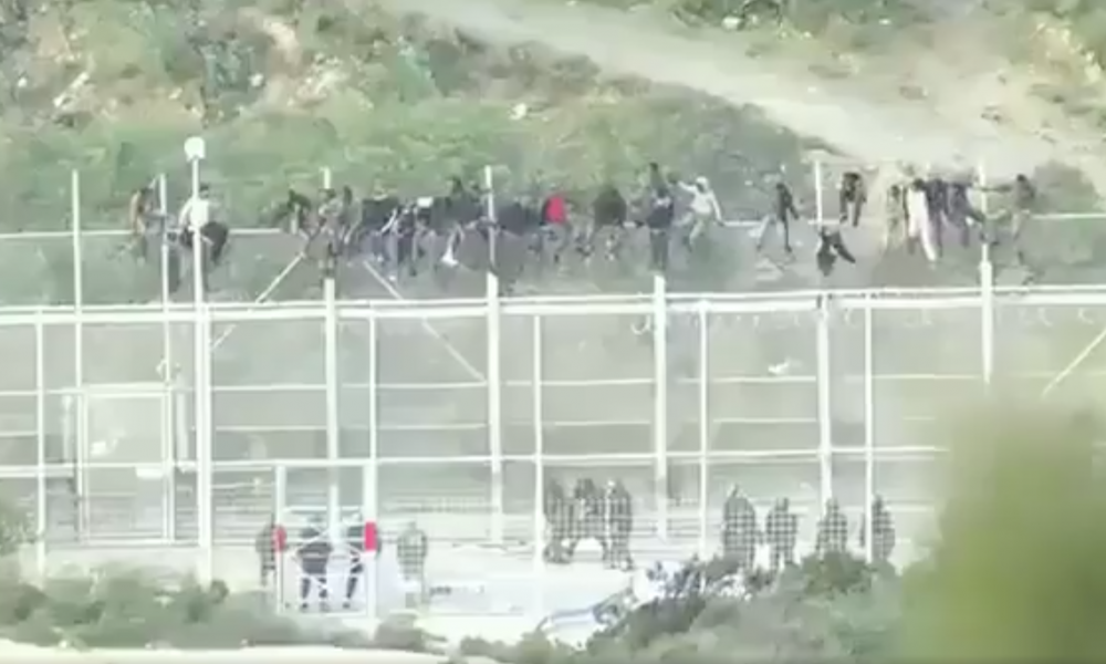 [RAWVIDEO] Captures Moments When Thousands Of Illegal Migrants Scale Fence To Enter