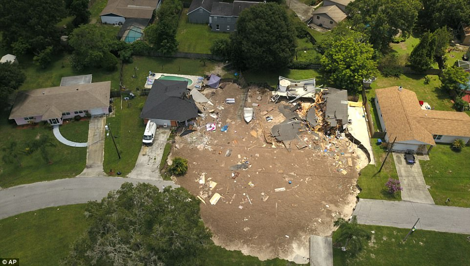 Sinkhole in Tampa Florida Swallows Up Two Houses in Minutes [VIDEO]