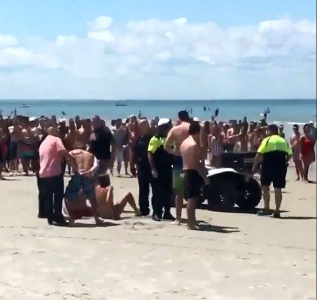 Four Teens Draw Crowd of Spectators as They Do the Dirty in the Water